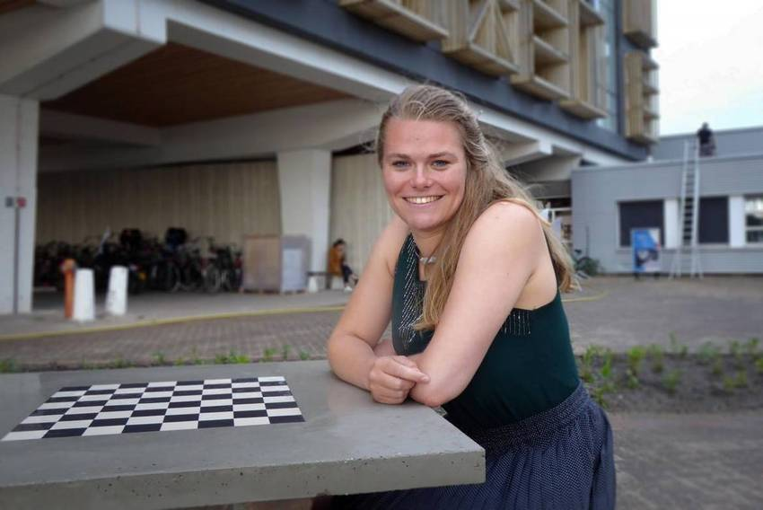 Gwenhwyfar Spil at her recycled chess table. (Photo: Jos Wassink)